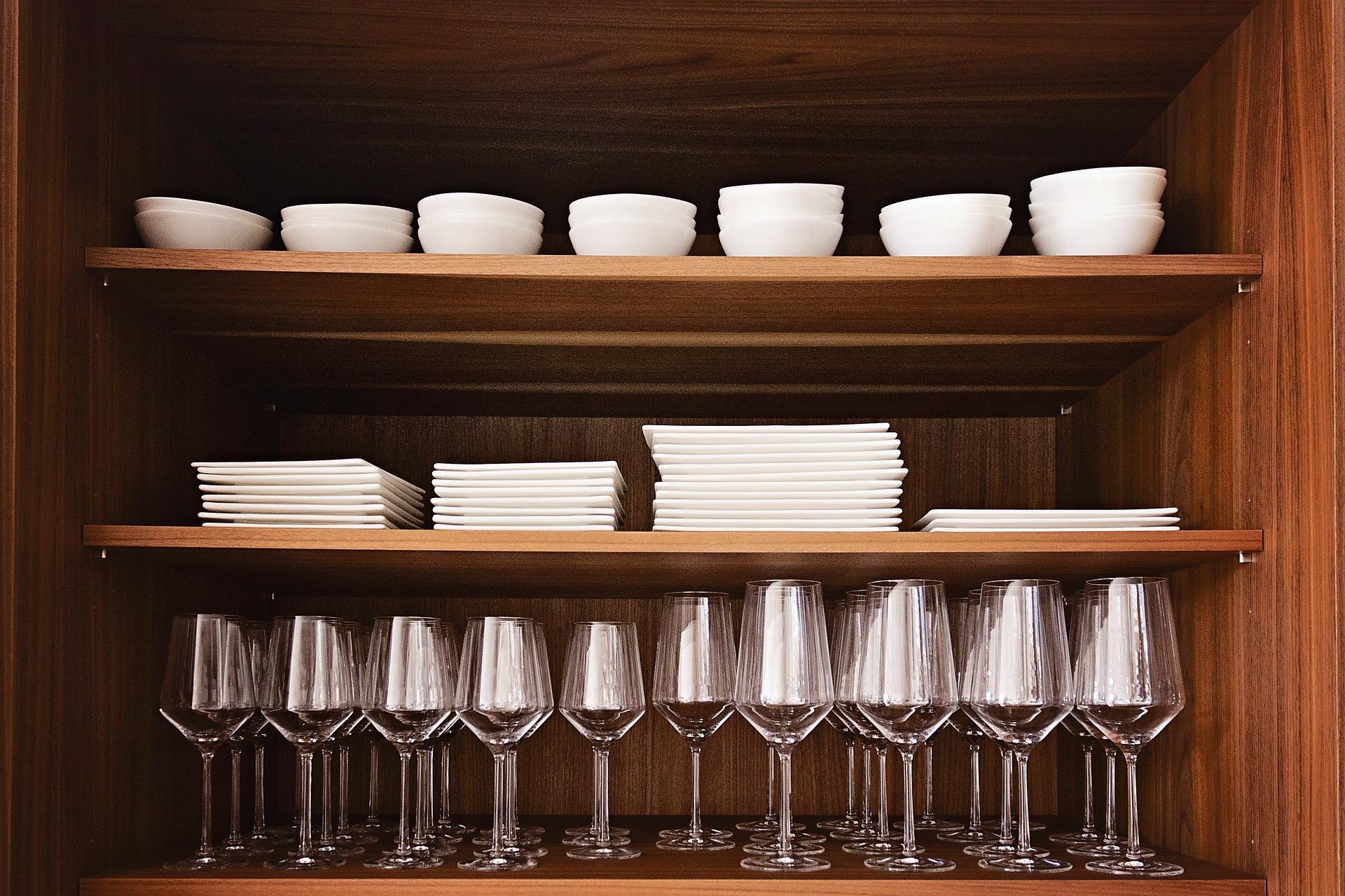 Typy tanierov a kompletná sada na stolovanie